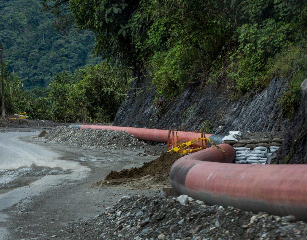 """Obras de reparación del oleoducto dañado que ocasionó el derrame de petróleo. Las obras se llevan a cabo a la altura de el parador conocido como """"El Reventador"""" de la via Quito - Lago Agrio. Foto: Ivan Castaneira"""