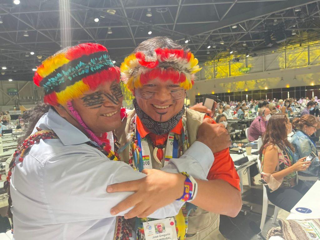 Domingo Peas y Gregorio Mirabal y delegación de la COICA celebrando la aprobación de la moción 129 que busca proteger el 80% de la Amazoníia al 2025, en el Congreso Mundial de UICN en Marsella.